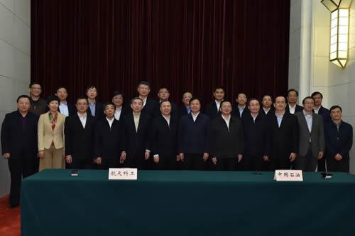 深化合作协议签署后,双方代表合影留念。
